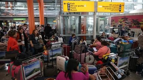 مطار هيثرو في لندن مكتظ بالمسافرين الملغاة رحلاتهم، 27/05/2017