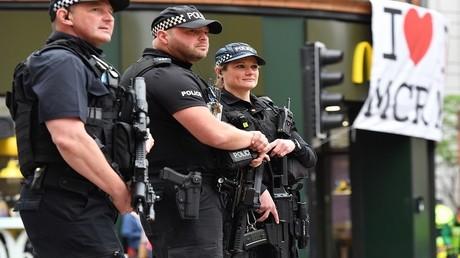 دورية شرطة في أحد شوارع مانشستر في بريطانيا
