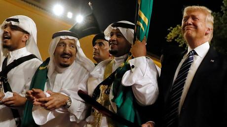 الرئيس دونالد ترامب والملك سلمان بن عبد العزيز في رقصة العرضة