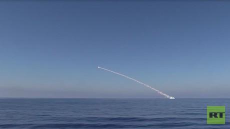 """روسيا تقصف """"داعش"""" من تحت مياه المتوسط"""