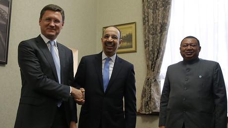 """الأمين العام لمنظمة """"أوبك"""" محمد باركيندو (يمين) ووزير الطاقة السعودي خالد الفالح (وسط) ووزير الطاقة الروسي ألكسندر نوفاك (يسار)"""