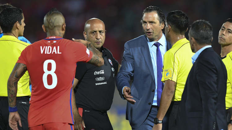 مدرب تشيلي: نستطيع الفوز بكأس القارات