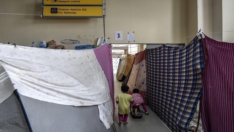 السلطات اليونانية تخلي مطار أثينا القديم من المهاجرين