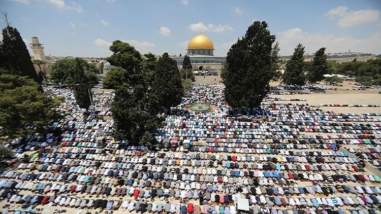 بالصور.. ربع مليون فلسطيني يؤدون الجمعة الأولى من رمضان في الأقصى