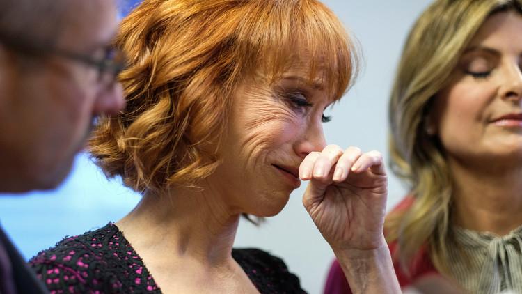 الكوميدية كاثي جريفن باكية: ترامب حطمني!