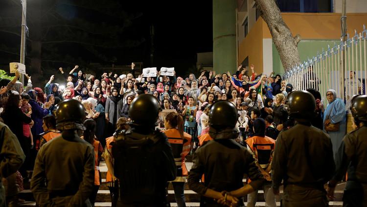 بالصور.. السلطات المغربية تتصدى لتظاهرة احتجاجية نسائية في شمال البلاد
