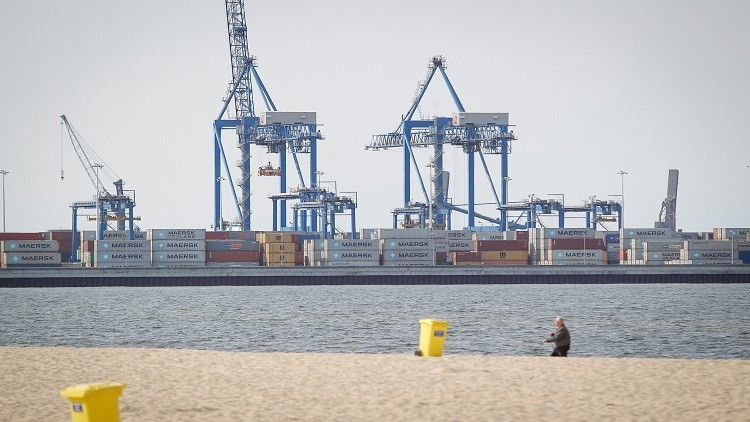 بينها عملاق الشحن ميرسك.. شركات عالمية تتوقف عن نقل البضائع إلى قطر