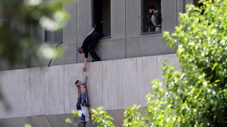 تضارب الأنباء حول احتجاز رهائن في البرلمان الإيراني