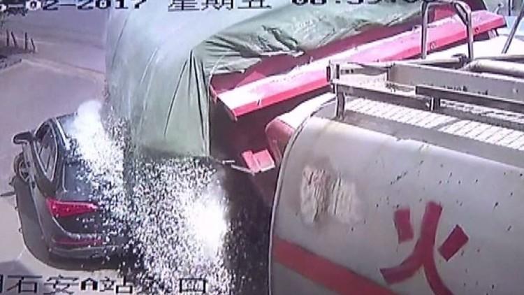 نجاة سائق سيارة بأعجوبة من الدفن حيا بعد ردمه بحصى (فيديو)