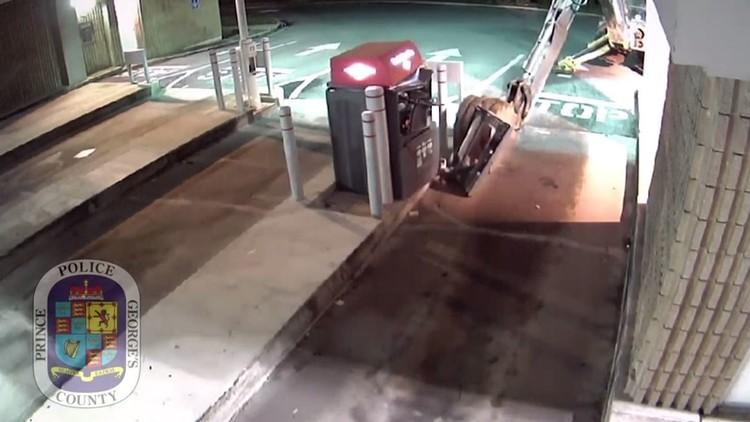 الشرطة تلاحق لصا حاول سرقة صراف آلي (فيديو)