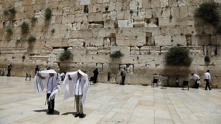 إسرائيلية تتعرى بالكامل أمام حائط البراق