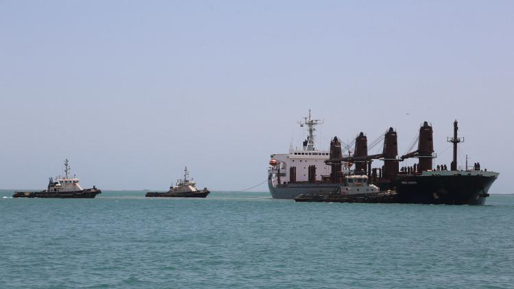 استهداف سفينة إماراتية بصاروخ قبالة اليمن