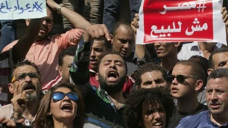 مصر تسلم السعودية جزيرتين في البحر الأحمر
