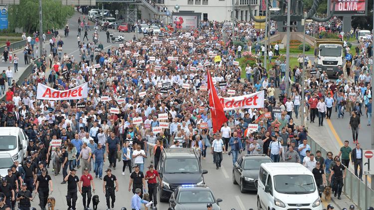 مسيرة حاشدة تتجه من أنقرة إلى اسطنبول احتجاجا على سجن نائب معارض