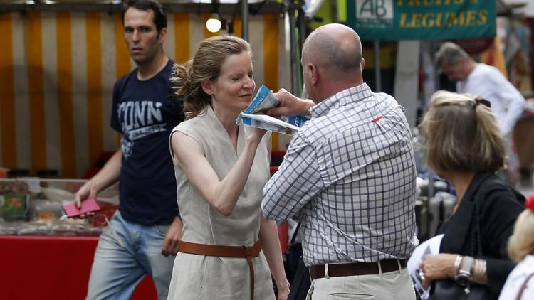 رجل يعتدي على وزيرة فرنسية سابقة ويطرحها أرضا (صور)