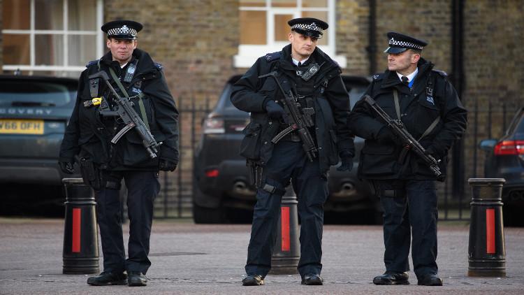 الشرطة البريطانية تعتقل رجلا مسلحا بسكين أمام البرلمان