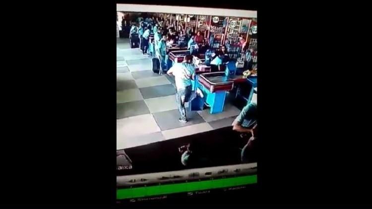 برازيلي يبهر العالم بمهارته الكروية في متجر