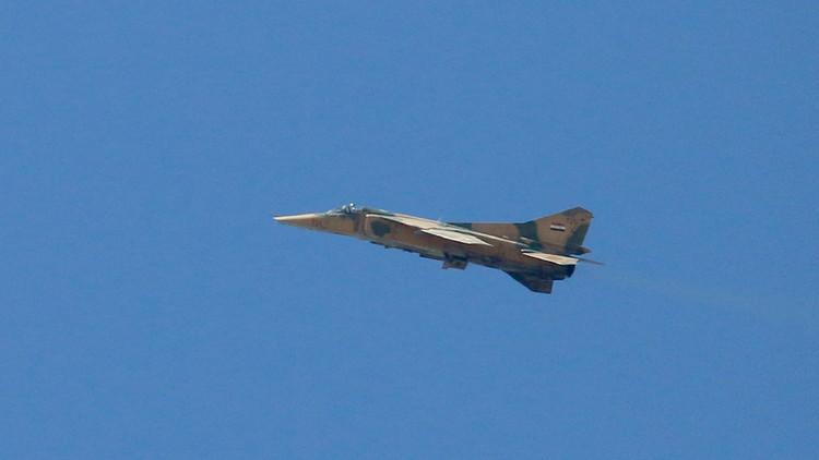 الدفاع السورية: التحالف الدولي يسقط مقاتلة للجيش بريف الرقة وفقدان الطيار