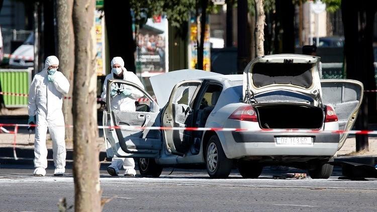 بالصور والفيديو.. تفتيش جثة سائق السيارة الذي صدم دورية للشرطة في باريس