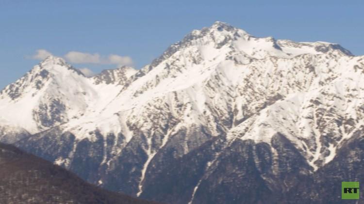 سوتشي تسـتقبل السـياح للتمتع بشمسها الدافئة وممارسة الرياضات الشتوية في جبالها