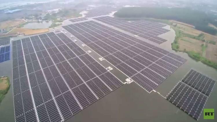 طائرة مسيّرة تصور أكبر محطة شمسية عائمة لتوليد الكهرباء في العالم