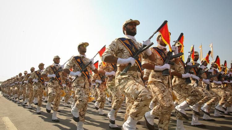 الحرس الثوري يرعب المسافرين بمطار في طهران