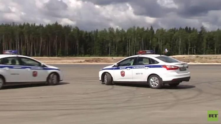 الشرطة الروسية تستعرض مهاراتها في قيادة السيارات