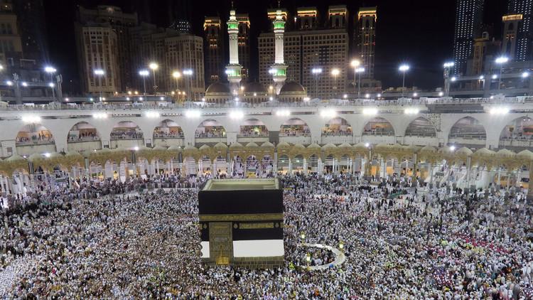 قادة ومسلمو العالم يؤدون صلاة عيد الفطر المبارك