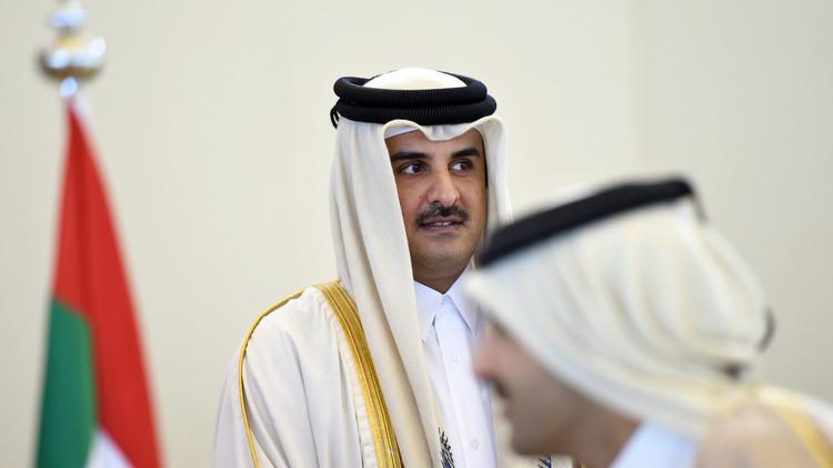 أمير قطر يرد على مطالب جيرانه بقبلة!