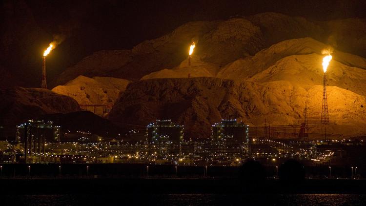 إصابة 100 عامل في حريق بمصفاة إيرانية