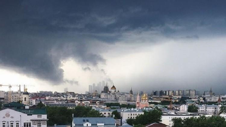 بالفيديو والصور.. قتلى وجرحى بعاصفة قوية ضربت موسكو