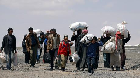 نازحون من الرقة يتوجهون إلى مخيم عين عيسى