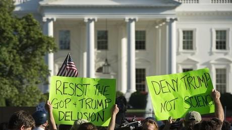 مظاهرة أمام البيت الأبيض ضد قرار ترامب بالخروج من اتفاقية باريس للمناخ، 1 يونيو 2017
