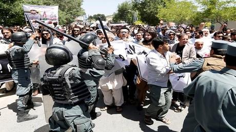 عناصر من الشرطة الأفغانية أثناء تفريق المحتجين في كابل