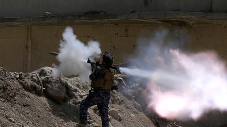 مقاتل من الشرطة الاتحادية العراقية خلال المعارك بالساحل الأيمن للموصل
