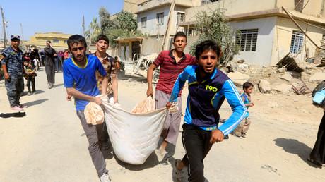 نازحون ينقلون طفلا أصيب اثناء المعارك بغرب الموصل، 3/6/2017