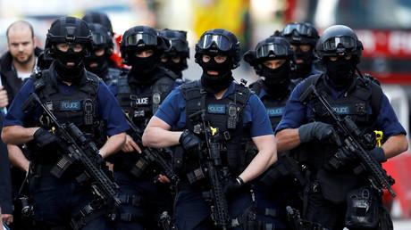 عناصر من الشرطة البريطانية منتشرون قرب سوق Borough في لندن على خلفية هجمات ليلة 3 إلى 4 يونيو/حزيران.