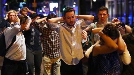ناس يغادرون منطقة الهجمات في لندن رافعي أيديهم بطلب من الشرطة