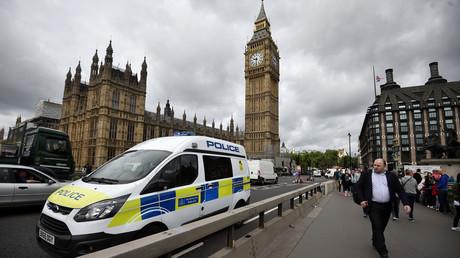 منظر على البرلمان البريطاني وجسر وستمنستر في لندن