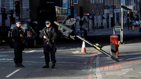 عنصران من الشرطة البريطانية قرب موقع الهجوم الإرهابي في جسر لندن
