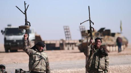 """عنصران من """"قوات سوريا الديمقراطية"""" شمالي الرفة"""