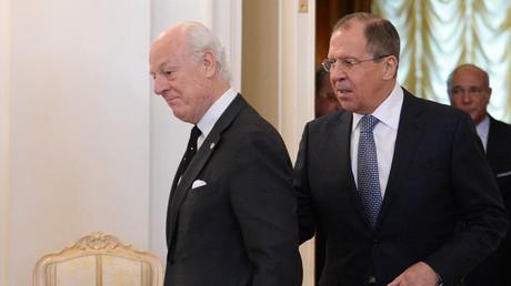وزير الخارجية الروسي سيرغي لافروف والمبعوث الاممي إلى سوريا ستيفان دي ميستورا
