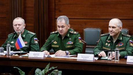 سيرغي شويغو (في الوسط)