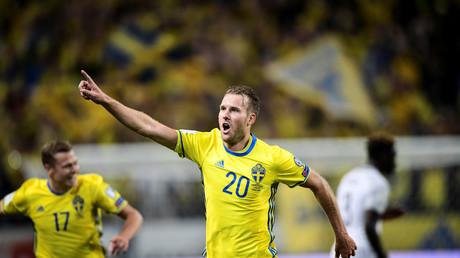 فرحة لاعب السويد أولا تيفونين بإحرازه هدفا في الوقت القاتل في شباك منتخب فرنسا
