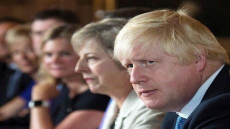 بوريس جونسون في جلسة للحكومة البريطانية بجانب تيريزا ماي (صورة أرشيفية)