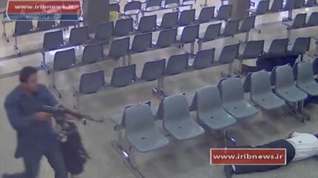 مسلح يطلق النار داخل مبنى البرلمان الإيراني (صورة من كاميرا مراقبة )