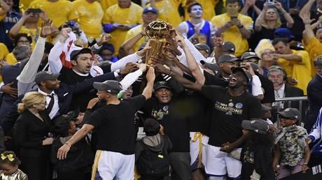 ووريرز يهزم كافاليرز ويحرز لقب دوري السلة الأمريكي