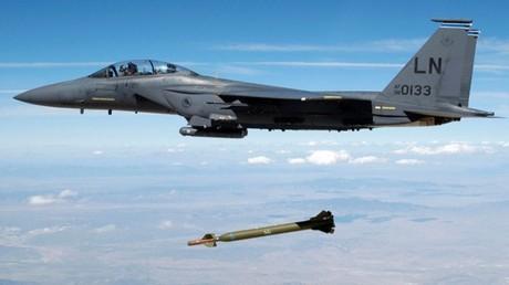 """مقاتلة تقذف قنبلة """"جي بي يو-28"""" الموجهة بالليزر"""