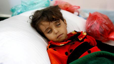 طفلة يمنية مصابة بالكوليرا في مستشفى بصنعاء