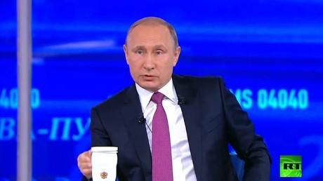 الرئيس الروسي فلاديمير بوتين خلال الحوار المباشر مع المواطنين